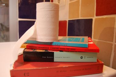 piccola biblioteca in bagno