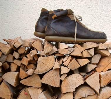 scarpe camper sulla legna