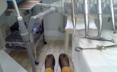 sulla poltrona del dentista con le scarpe camper