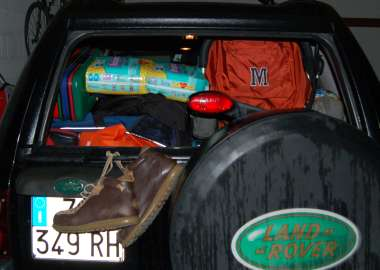 scarpe camper appese all'auto