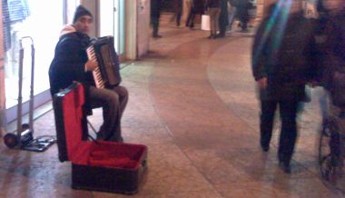musicista di strada con la fisarmonica