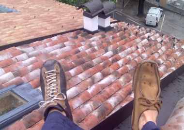 il piede sinistro sul tetto con le scarpe camper