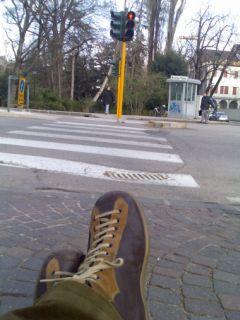 scarpe camper in attesa al semaforo