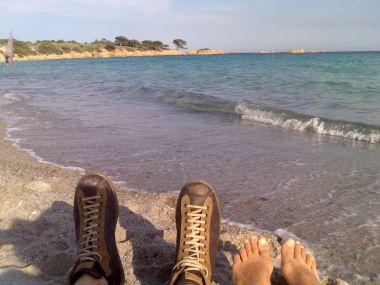 in Corsica sulla spiaggia con le scarpe camper pelotas