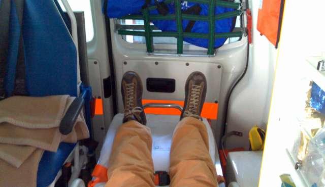Selva nel taxi ambulanza con le scarpe camper