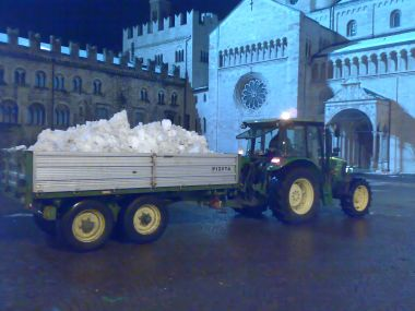 trattore sgombra neve in piazza duomo a trento