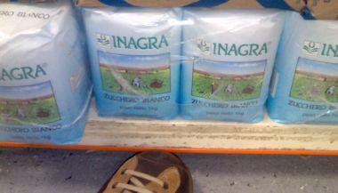 scarpe camper al supermercato cercando lo zucchero