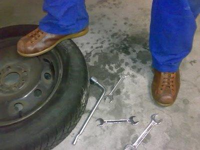 meccanico con le scarpe camper