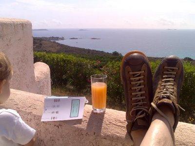 in terrazza a Bocca dell'Oro con le scarpe camper